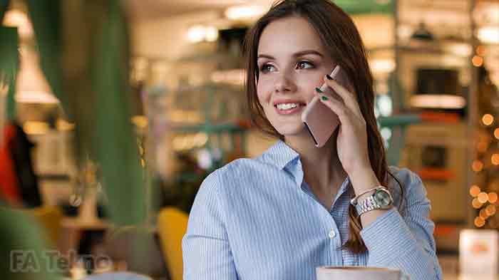 Smartphone yang digunakan oleh seorang wanita